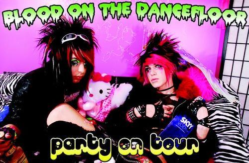 girls finger fuck on dance floor